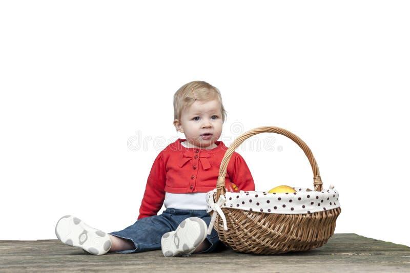 Petit bébé avec le panier plein des pommes photos libres de droits