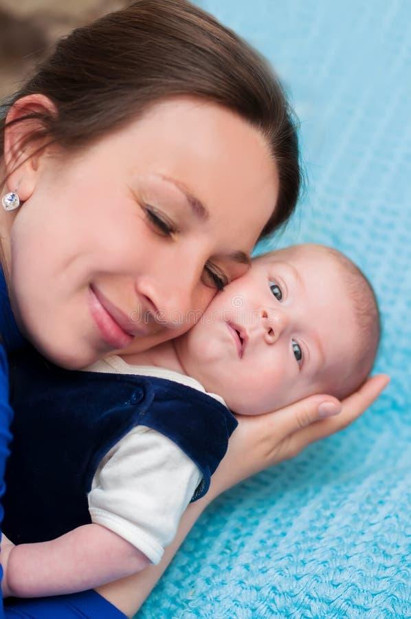 Petit bébé dans des bras de la mère images stock