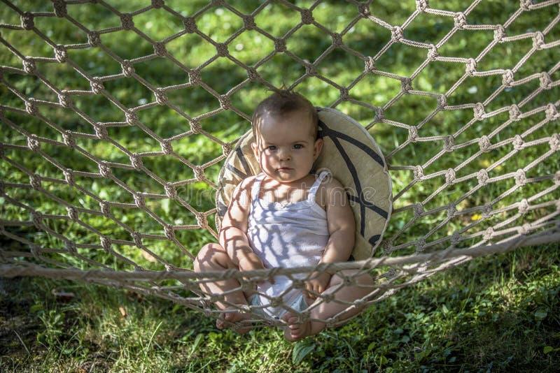 Petit bébé dans un hamac photos stock