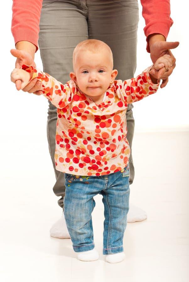 Petit bébé effectuant des premières opérations photographie stock libre de droits