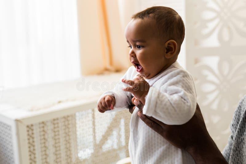Petit bébé garçon adorable d'afro-américain - personnes de race noire photographie stock libre de droits