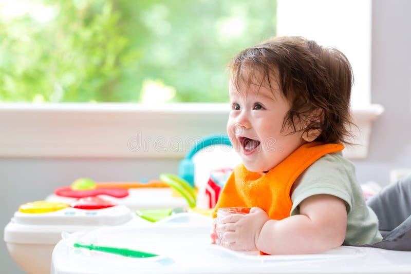Petit bébé garçon heureux avec un grand sourire image stock