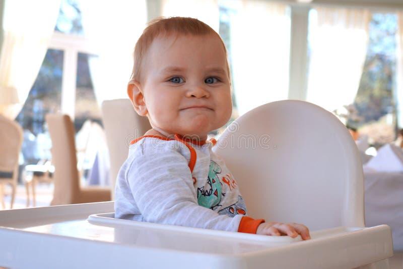 Petit bébé garçon mignon avec une expression drôle sur son visage image libre de droits