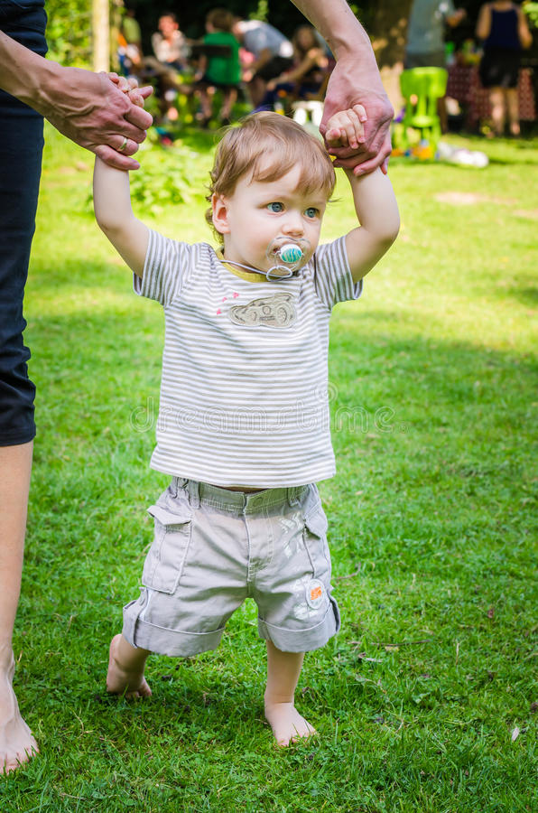 Petit bébé garçon mignon marchant avec la mère en parc photographie stock libre de droits