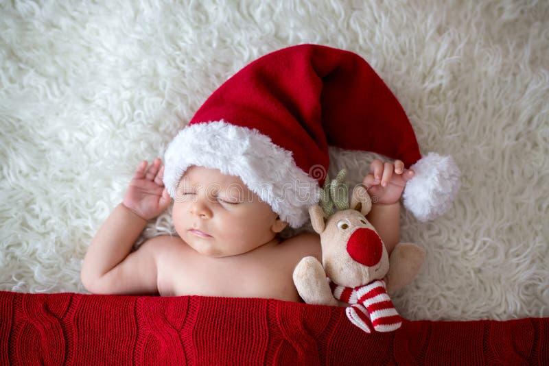 Petit bébé garçon nouveau-né de sommeil, chapeau de port de Santa photo stock