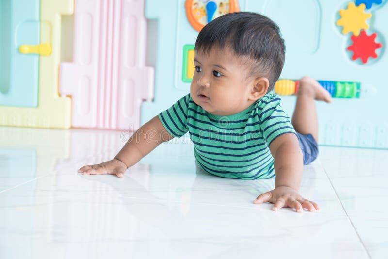 Petit bébé garçon rampant sur le plancher photos stock