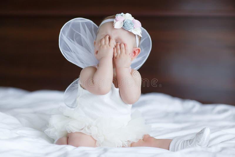 Petit bébé heureux avec des ailes d'ange photographie stock libre de droits