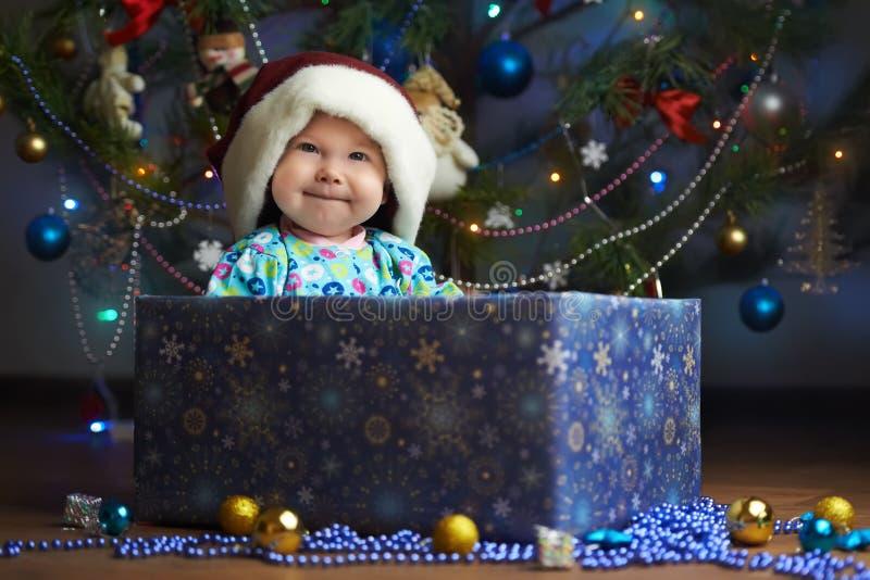 Petit bébé joyeux dans la boîte actuelle photographie stock