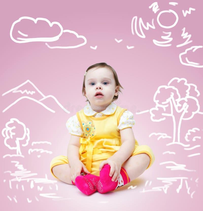 Petit bébé mignon au-dessus de fond rose avec un dessin de nature photo stock