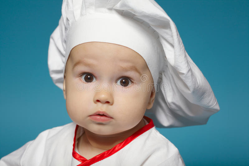 Petit bébé mignon avec le chapeau de chef photos stock