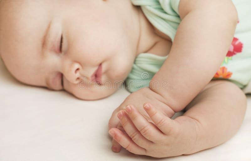 Petit bébé mignon dormant dans un sommeil doux étreignant un ours images libres de droits