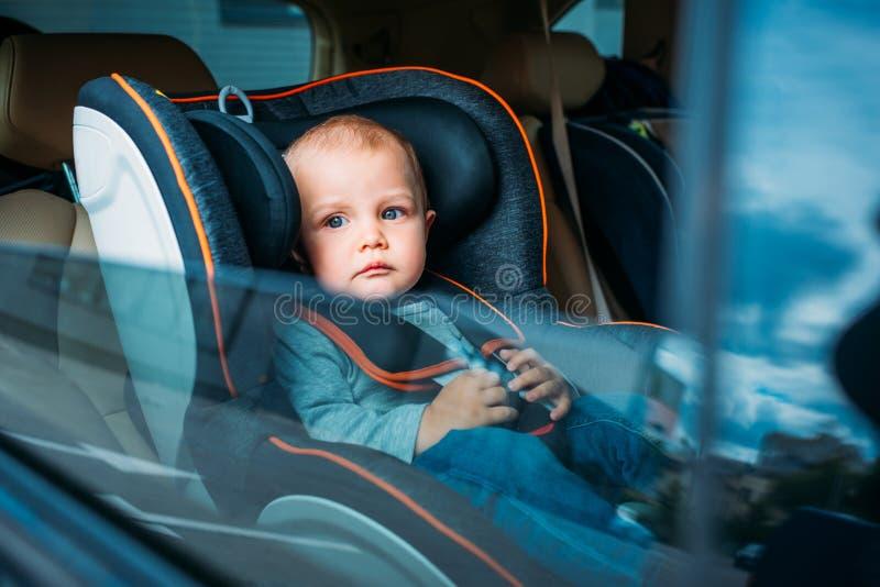 petit bébé mignon s'asseyant dans l'enfant image stock