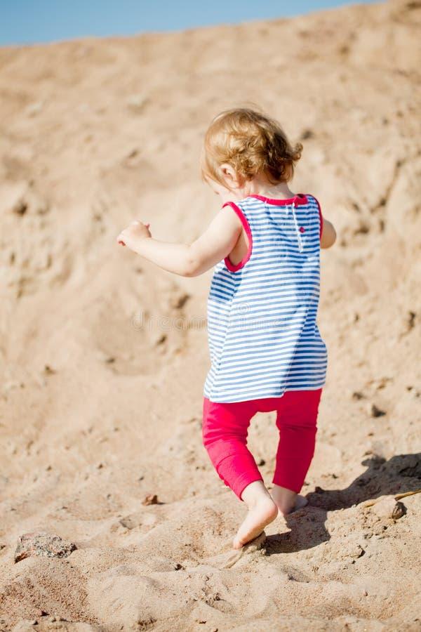 Petit bébé mignon sur la plage photographie stock libre de droits