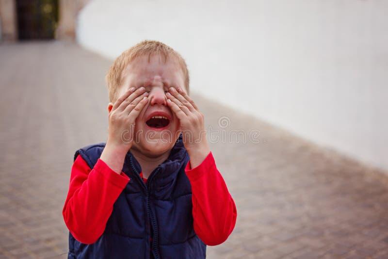 Petit bébé pleurant photos libres de droits
