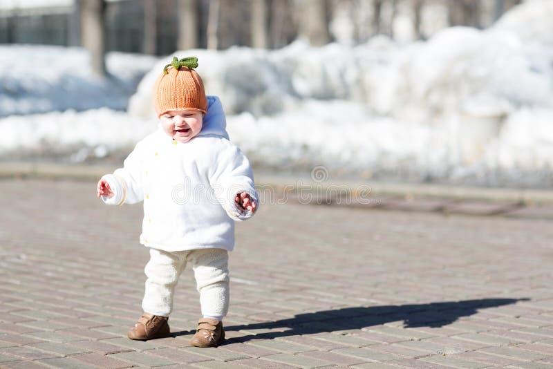 Petit bébé prenant ses premières étapes le jour ensoleillé image libre de droits