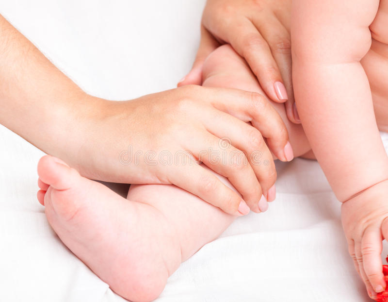 Petit bébé recevant le traitement osteopathic de l'articulation du genou photos stock