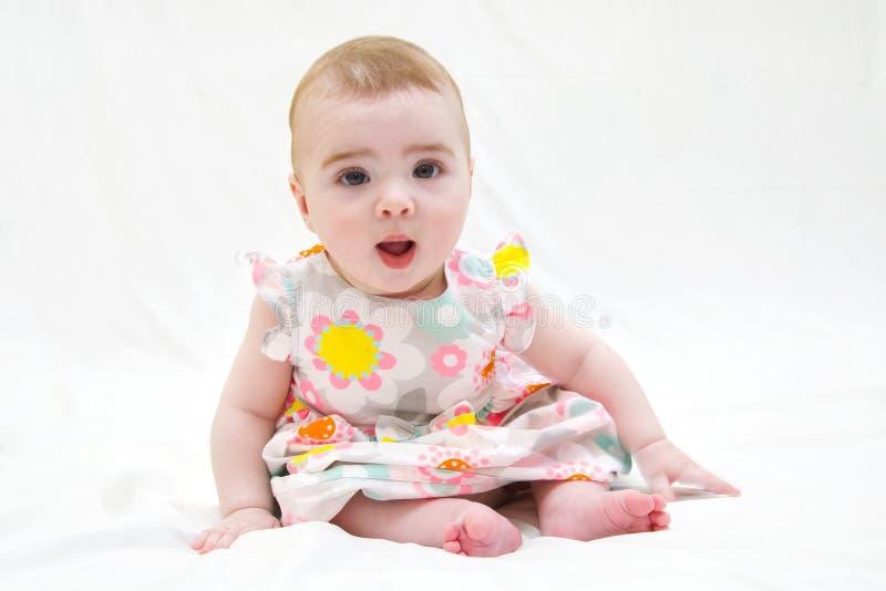 Petit bébé riant et jouant dans le studio image libre de droits