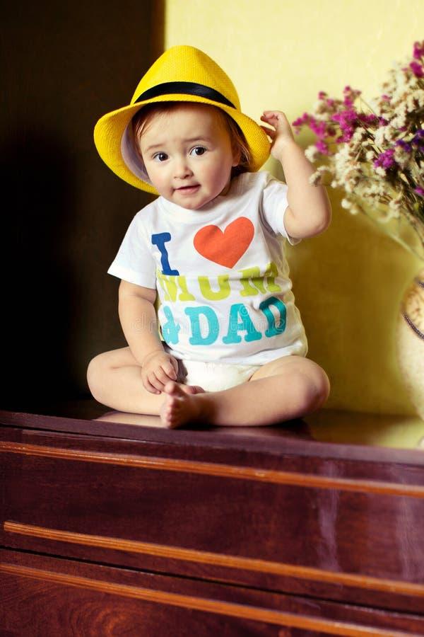 Petit bébé s'asseyant sur la raboteuse photo libre de droits