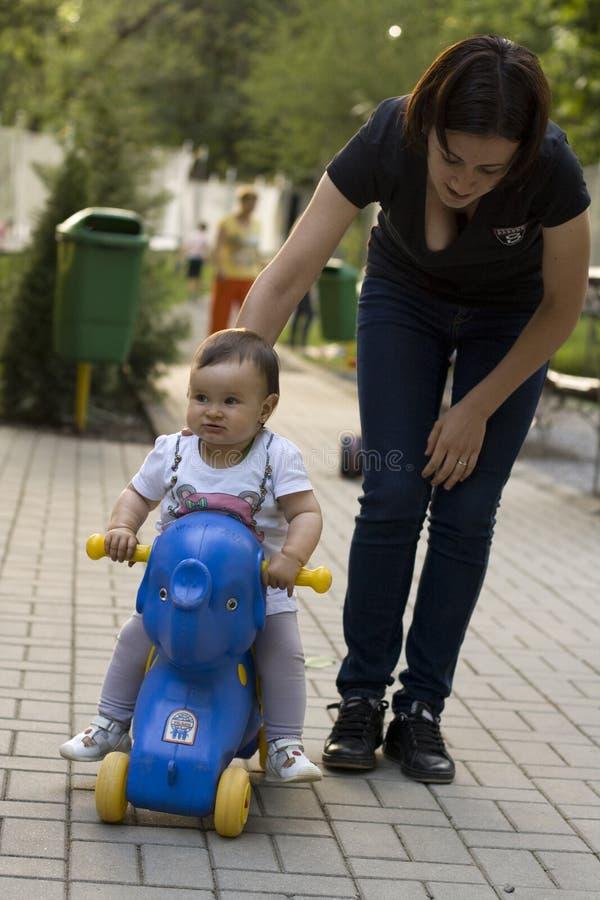 Petit bébé sur un vélo d'éléphant photos libres de droits