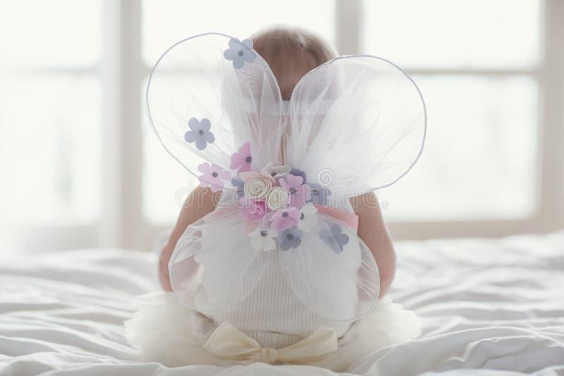 Petit b?b? heureux avec des ailes d'ange image libre de droits