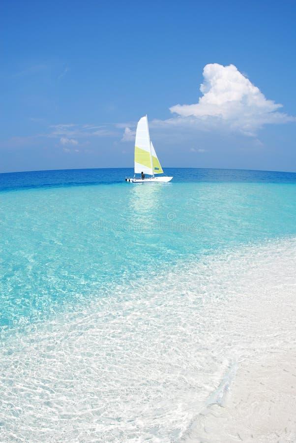 Petit banc de sable tropical avec un bateau photos libres de droits