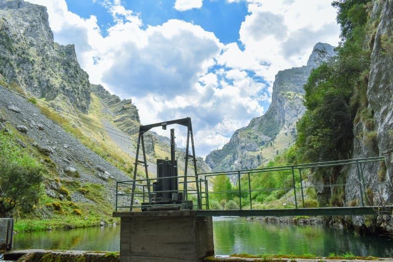 Petit barrage dans l'itinéraire de trekking de soins, Asturies photo stock
