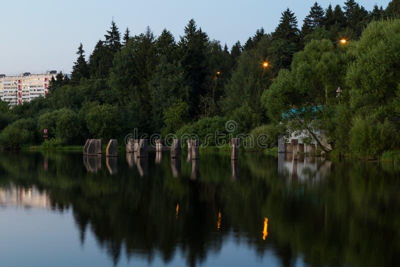 Petit barrage sur une petite rivière, Zelenograd photos libres de droits