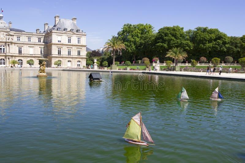 Petit bateau à voile en bois traditionnel dans l'étang du parc Jardin photos stock