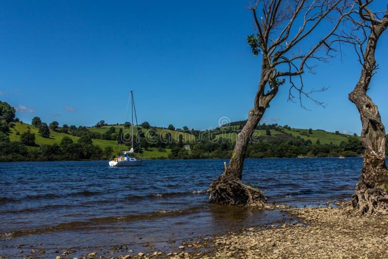 Petit bateau à voile sur le lac Ullswater photos libres de droits