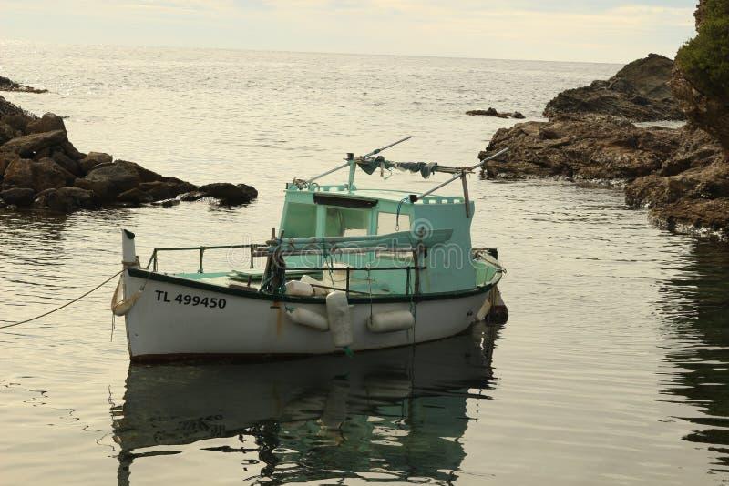 Petit bateau ancré dans Brusc, France image stock