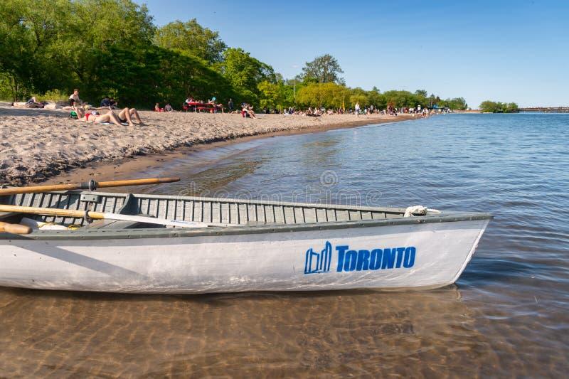 Petit bateau avec l'amarrage de logo de ville de Toronto à la plage 2019 d'île de centre photographie stock