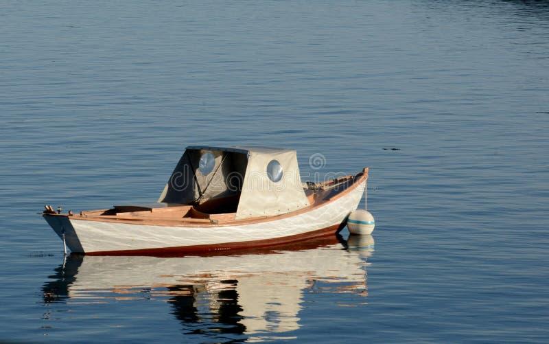 Petit bateau dans l'eau avec personne image stock