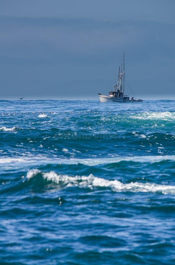 Petit bateau de pêche avec le ressac photos libres de droits