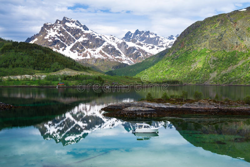 Petit bateau de pêche dans le fjord scénique sur Lofoten, photo stock