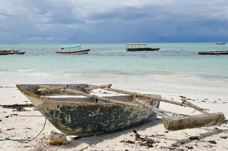 Petit bateau de pêche en bois images stock