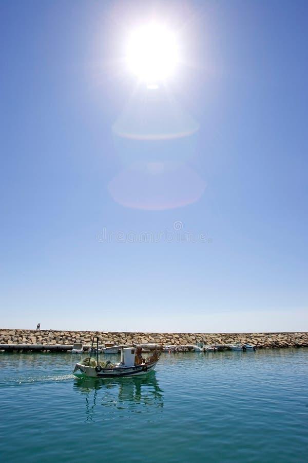 Petit bateau de pêche laissant le port de Duquesa en Espagne image libre de droits
