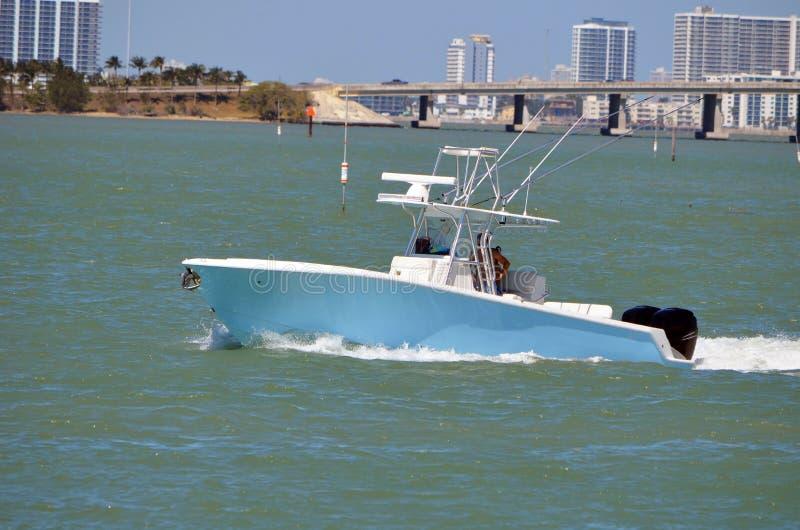 Petit bateau de pêche sportive avec un pont en chaussée à l'arrière-plan photos stock