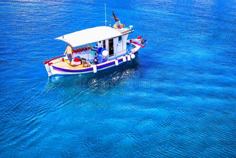 Petit bateau de pêche sur la mer images libres de droits