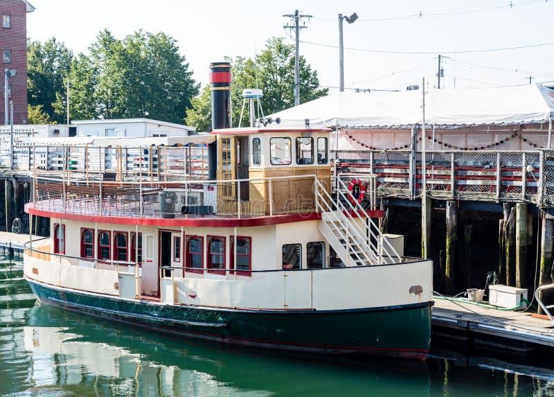 Petit bateau de vapeur au dock photographie stock