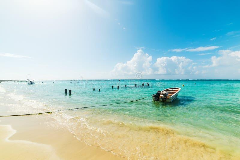 Petit bateau en bois amarré en belle plage de Sainte Anne en Guadeloupe images stock