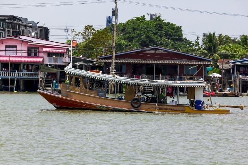 Petit bateau pour la traversée de la rivière image stock