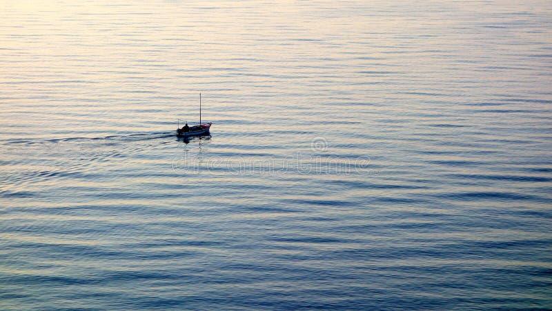 Petit bateau sur l'eau ondulée image libre de droits