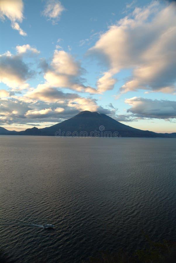 Petit bateau sur le lac Atitlan devant le volcan photo libre de droits