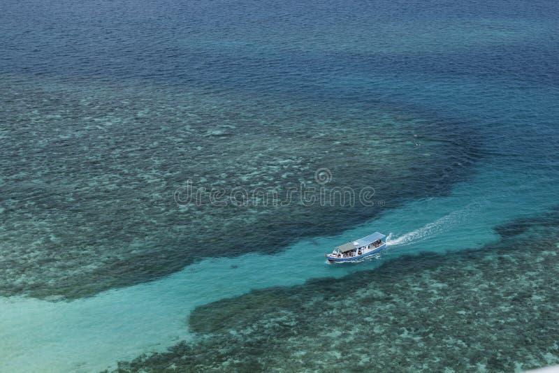 Petit bateau voyageant à l'île de Lengkuas photo libre de droits