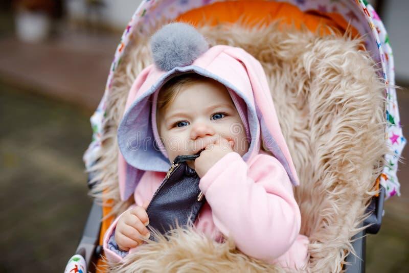 Petit beau b?b? mignon s'asseyant dans le landau ou la poussette le jour d'automne Enfant de sourire heureux dans des v?tements c photo libre de droits