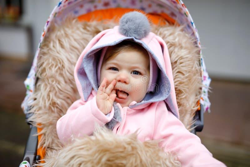 Petit beau b?b? mignon s'asseyant dans le landau ou la poussette le jour d'automne Enfant de sourire heureux dans des v?tements c photos stock