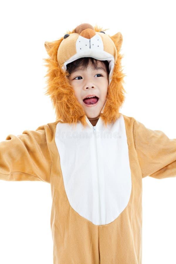 Petit beau garçon asiatique costumé comme un lion et penser à l'avenir photos stock