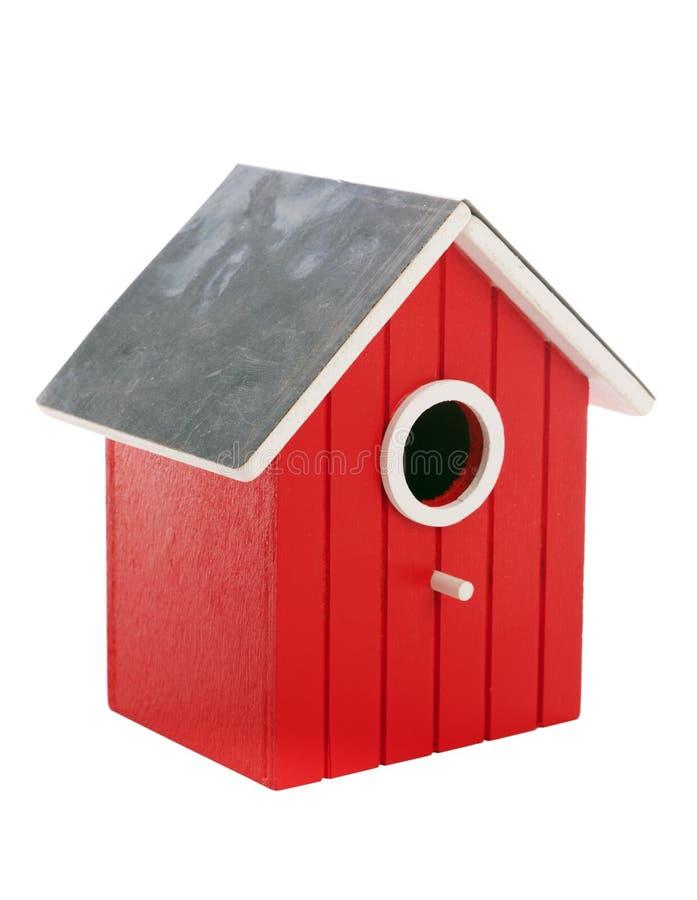Petit birdhouse rouge d'isolement sur le blanc photo libre de droits