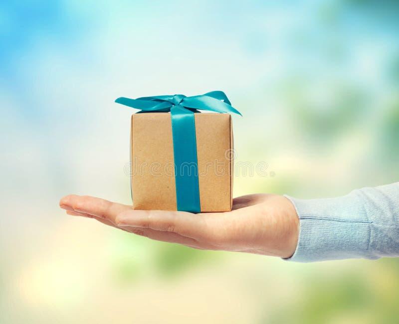 Petit boîte-cadeau en main images libres de droits