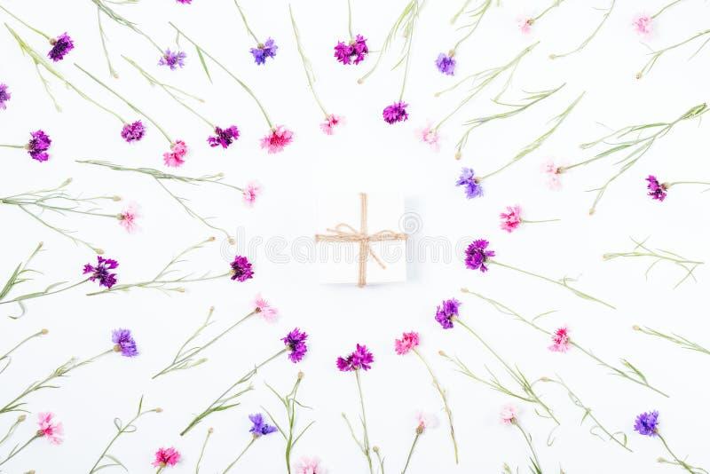 Petit boîte-cadeau entouré par le cadre floral de cercle photographie stock